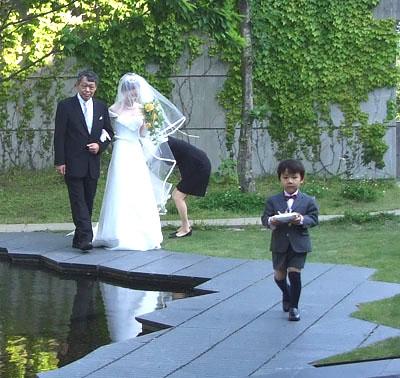 庭からリングボーイが入場。3歳はリングピローを大事に持って、緊張の面持ちで歩いていく・・